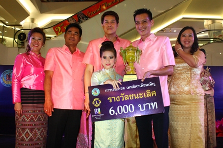Winner of the Theppabut Thepthida Duanpen (Full Moon Angel, girl) contest Jardina Frank, 9, from Satitudomsuksa School, Pattaya, receives the spoils of victory from Lions Club of Pattaya Taksin President Pacharanon Canachotphokin (2nd right) and Pattaya city council member Banjong Banthunprayukt (3rd right) along with members of the Lions Club at Royal Garden Plaza.