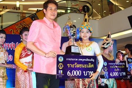Winner of the Theppabut Thepthida Duanpen (Full Moon Angel, boy) contest Jarasrawee Thiemrat, from Chonburi Kindergarten, receives his prizes from Pattaya city council member Banjong Banthunprayukt at Royal Garden Plaza.