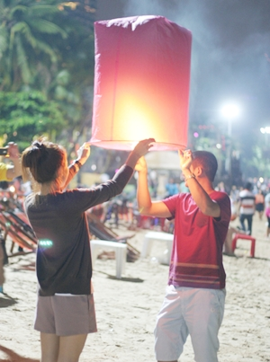 Revelers prepare to release their Khomloy on Pattaya Beach.