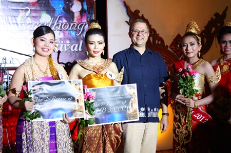 Andre Brulhart (2nd right), General Manager of Centara Grand Mirage Beach Resort Pattaya, awards the winners of resort's Nang Noppamas contest.