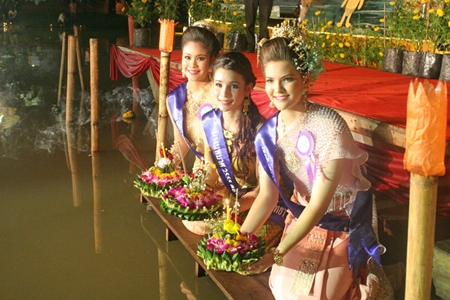 Pattaya Floating Market Nang Noppamas contestants (L to R) 1st runner-up Panthita Khomsamrit, 16, winner Saeleen Luthero, 21, and 2nd runner up Anchalee Wilkatch, 16, prepare to loy their krathongs.