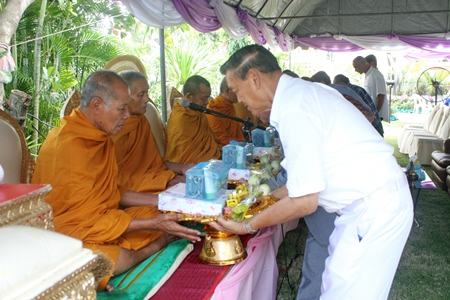 Gen. Kanit presents offerings to chief abbot Phra Khru Visuthipiyakorn.