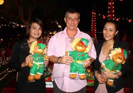 (L to R) Ian Maxwell Atkins poses with Tipawan Papapong and Patcharin Machima, Assistant Manager, Sales, Amari Orchid Pattaya after he bought a holiday outfitted lion doll for charity.