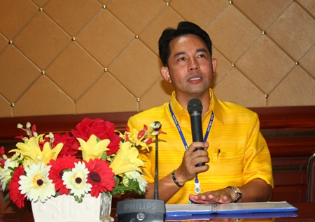 Mayor Itthiphol Kunplome explains the logistics of a work-study trip to Udon Thani, Nong Khai and Phetchabun.