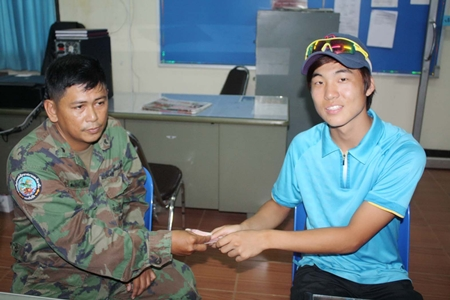 Jung Tae Huohin (right) thanks Chief Petty Officer Somrat Kijdee (left) for returning his wallet.