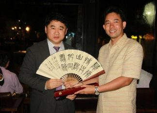 Mayor Itthiphol Kunplome (right) presents Yuan Zhongxue with a key to the city and receives a hand painted fan in return.