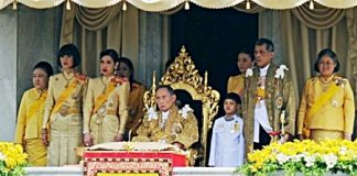 HM the King makes his historic appearance at the balcony of the Ananta Samakhom Throne Hall in the Dusit Palace, marking his 85th birthday.