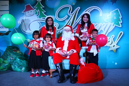 Children from Mercy Center Pattaya pose with Santa and his helpers.