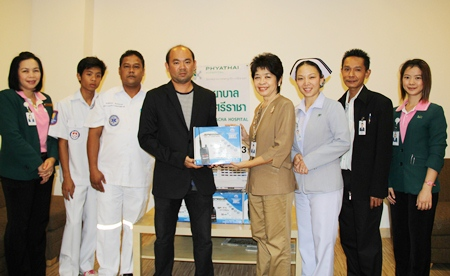Doctors and staff of the Phyathai Hospital led by Maneenart Pattanakul (4th right) present communication equipment to the Sawang Prateep Thammasathan Foundation for use in their search & rescue missions of unfortunate victims of accidents and natural disasters.