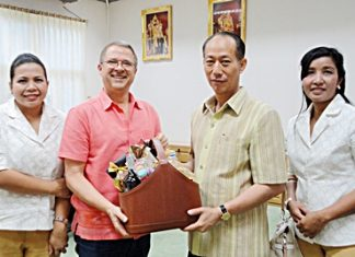 Andre Brulhart (2nd left), GM of the Centara Grand Mirage Beach Resort Pattaya, along with Sukanya Wongdornma (right), Financial Controller and Daranat Nuchaikaew (left), Director of Human Resources called on Komsan Ekachai, Governor of Chonburi province to wish him a Happy New Year.