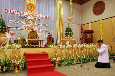 Mayor Itthiphol Kunplome pays respects to Phra Dhammamongkolyarn on behalf of the citizens of Pattaya.