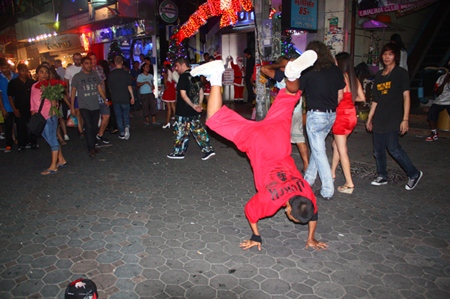 Street performers block the way along Walking Street, making it difficult to get past.  Some people enjoy it, though.