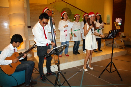 Staff at the Holiday Inn sing Christmas carols to bring happiness to customers on Christmas Day.