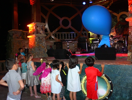 Children enjoy the bubble man at Centara Grand Mirage Beach Resort Pattaya.