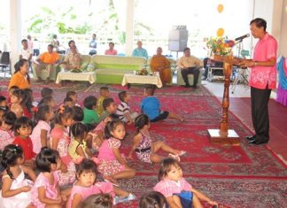 Khet Udomsak Mayor Pairoj Malakul Na Ayuthaya presides over the Children's Day event at Khao Kantamas Temple.