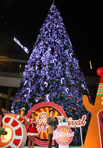 Central Festival Pattaya Beach lights the tallest Christmas tree in the region to welcome the holiday and bid farewell to 2012.