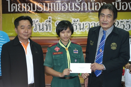 Friendship for Love Club President Khosit Kaewtrairat (left) and Deputy Mayor Ronakit Ekasingh (right) present a scholarship to Pimanas Pongsuwan, Mattayom 3 student at Pattaya School 1, one of the many deserving students.