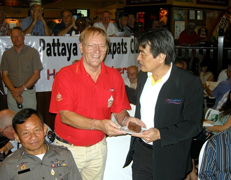 Max presents Pattaya Deputy Mayor Ronakit Ekasingh with some birthday cake, on the occasion of the club's 7th birthday.