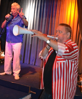 A member of the audience accompanied Johnny on the vuvuzela.