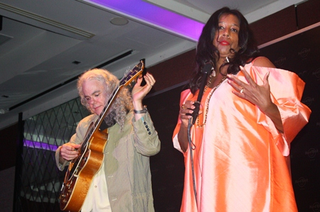The Tuck and Patti duo sing their soulful rendition.