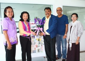 Rotary Club Plutaluang Charter President Sumon Jaikid, MD of Sattahip Khosana and Past Assistant Governor Onanong Siripornmanut, Managing Director, ON Academy Home of English present Peter Malhotra with a gift to wish the Pattaya Mail and our staff a Happy New Year and to congratulate us on the move to our new premises.