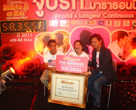 Royal Garden Plaza & Entertainment Vice President Somporn Naksuetrong (right) presents the 100,000 baht winners cheque to Ekachai and Laksana Tiranarat, newly crowned holders of the World's longest continuous kiss.
