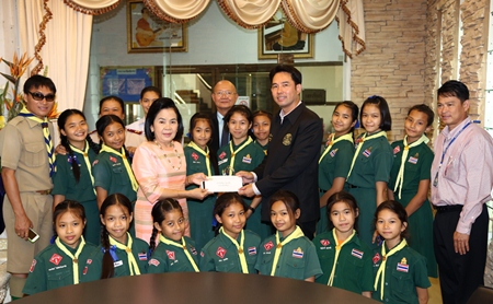 Mayor Itthiphol Kunplome and Deputy Mayor Wattana Chantanawaranon present funds for this weekend's To Be Number One competition in Bangkok to Aaphorn Rajsingho, director of Pattaya School No. 8.