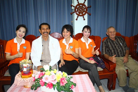 Praichit Jetpai (2nd right), Chairwoman of the Y.W.C.A Bangkok-Pattaya Center, School No. 7 Principal Manus Khongwattana (2nd left), along with Bernie Tuppin (right) from Jesters Care for Kids and members of the Y.W.C.A. enjoy the show.