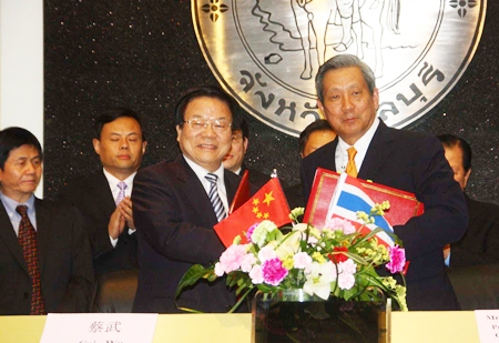Chinese Culture Minister Cai Wu (left) shakes hands with Former Deputy Prime Minister Phinij Jarusombat (right) during the cultural-exchange agreement ceremony at Pattaya City Hall.