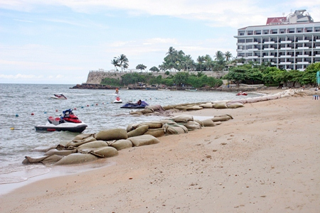 Pattaya City has begun placing sacks full of sand near the Dusit Thani Hotel which has been the hit hardest by beach erosion.