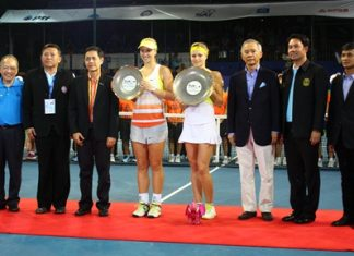 Maria Kirenko (center-right) and Sabine Lisicki (center-left) parade their trophies with (L to R) Chatchawal Supachayanont, General Manager Dusit Thani Pattaya; Pornthep Noprujikul, former member of the Chonburi PAO; Sarakorn Kulatham, Executive Vice President (International) of PTT PCL; Suwat Liptapanlop, President of the Thai Lawn Tennis Association; Ittipol Khunpluem, Mayor of Pattaya City; and Chana Pankaew, Event & Sponsorship Manager, Thai Beverage Marketing Co., Ltd.