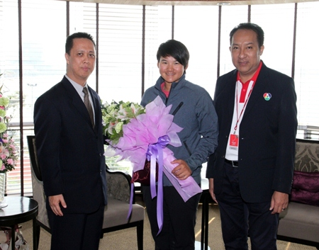 Defending champion Yani Tseng of Taiwan is welcomed for her stay at the Dusit Thani Pattaya by resident manager Neoh Kean Boon (left) and Rattananop Janrat of BBTV Channel 7.