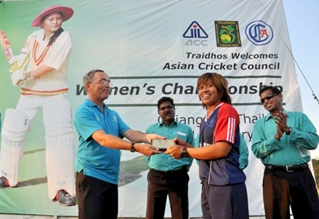 Thai captain Sornnarin Tippoch accepts her player of the tournament award during the closing ceremony.