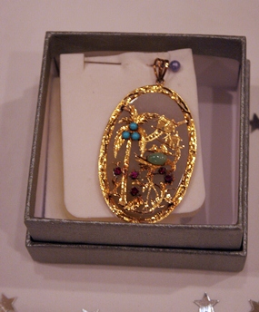 A beautiful gold brooch was up for auction.