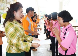 Sunisa Sombun (left), assistant director of Photisampan Pittayakarn School, presents certificates to children who participated in the science camp.