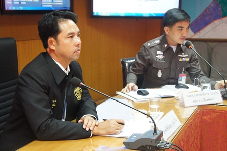 Mayor Itthiphol Kunplome (left) listens in as Pattaya Police Superintendent Col. Suwan Cheaonawinthawat presents his report.