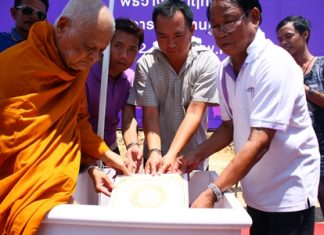 (L-R) Provost Sopon Pattanaphirom, the Abbot of Wat Thung Hiang and the advisor of Monnang monks committee, blesses the headstone as it is put in place by Chisanucha Phakdeesaneha, CEO of Porch Land, Chalerm Khonjaem, partner of La Santir project, and Phokphol Phakdeesaneha, MD Vorakit Construction and owner of the project, for the La Santir development located on Chaiyapruek Road.