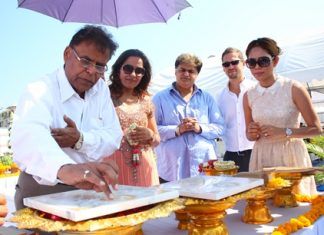 Universal Group managing director Harish Manwani (left) inscribes the headstone for the Seven Seas Condo Resort Jomtien at the foundation stone laying ceremony held at the construction site in Jomtien, March 13.