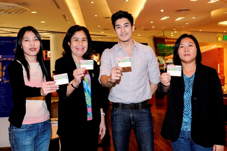 Penrung Jintanamaneerat (right), Director of Retail Outlets for King Power, along with senior management and with the help of superstar Ken Phupoom (2nd right) drew prizes worth more than 200,000 baht for their lucky shoppers during the 'Summer Sale Smashing' program recently. An iPad was also awarded to the shopper who spent more than anyone else.