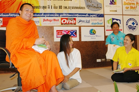 Phra Sompong Talputto signs autographs after his very informative lecture.