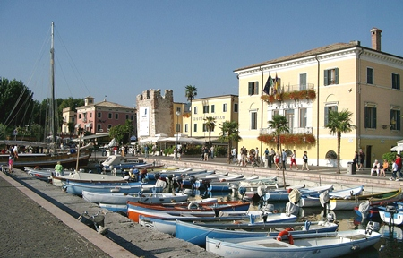 The promenade at Bardolino. (Photo: Bhayer)