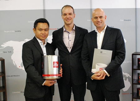 Dominique Ronge (right), General Manager and Pisutwat Donsuea (left) F&B Manager of the soon to open Centara Grand Pratamnak Resort Pattaya inked an agreement with Andrea Casali (centre), Key Accounts Manager (Bangkok) for the supply of world class Gruppo illy coffee products for the luxury hotel.