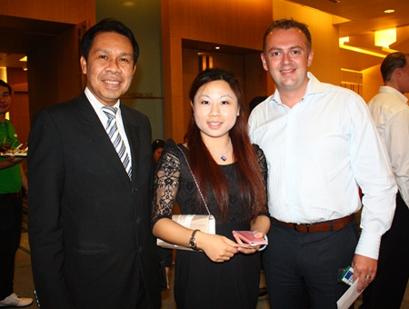 (L to R) Tsix5 Hotel GM Sompat Jantawan poses with Hao Hao, Sales Manager for Ratanaboon Trans and Tour Co., Ltd. and Garth Solly, Vice President of Skål International Pattaya and East Thailand and GM of Holiday Inn.