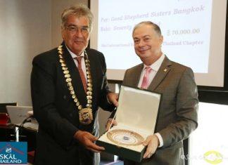 Skål International Bangkok President Dale Lawrence (left) presents the prestigious Malai Sakolviphak Award to Eric Hallin.