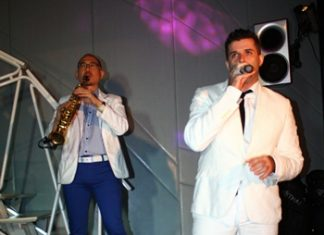 Aht Gunlayanakupt (left) duets with Jonathan Piere Bruno Ayark (right) at Deep bar, dusitD2 baraquda.