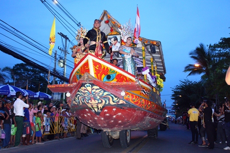 The Floating Market takes part in the parade with their giant boat float adorned with King Taksin statue.