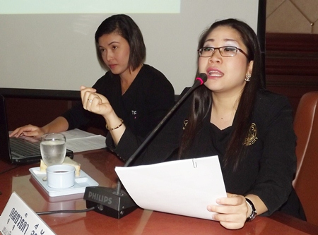 Pattaya spokeswoman Yuwathida Jeerapat briefs the students on the economic and tourism-industry impacts of the AEC.