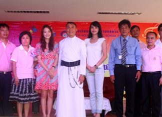 Father Peter Pattarapong Srivorakul, Sakniran Jitsom of Siam Kolkarn Music School, Channel 3 presenter Preeraya Daengprasit, and artist Aarda Kraipheerphan from KPN stage, along with teachers and officials from the Father Ray Foundation announce the contest.