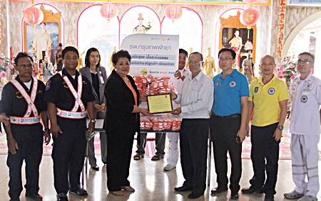 Juthaporn Huyakorn, the Director of Business Development and International Affairs and Mrs. Saichol Panchumchit, Manager of the Thai Health Insurance Division of Bangkok Hospital Pattaya presented 100 high-visibility jackets to Dr. Prasit Thongthitcharoen, Chairman, and Sinchai Wattanasartsathorn, Vice-chairman of the Sawang Boriboon Foundation to enhance safety at roadside emergency situations.