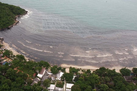 The prevailing winds and tides drove the oil slick headlong into western Koh Samet.